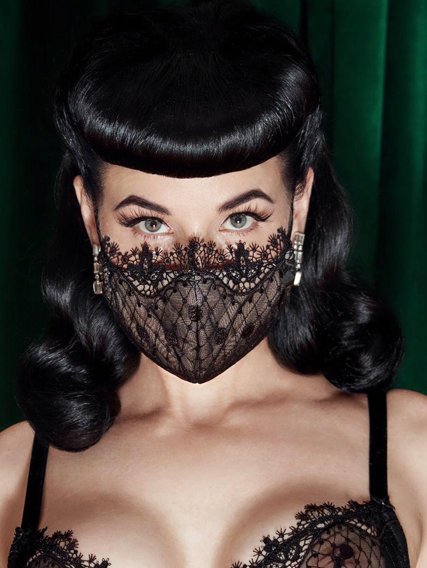 Vrouwengezicht met kanten mondmasker